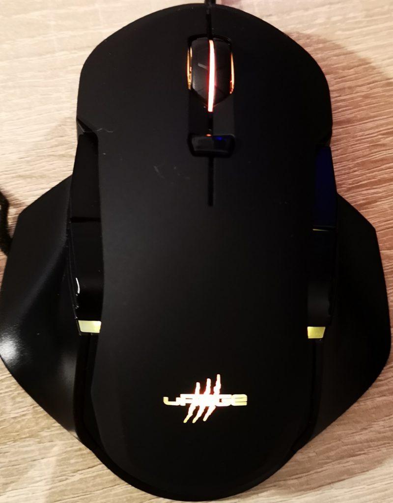 Das Sorgenkind Reaper 900 erstrahlt wie die Tastatur in vielen Farben.